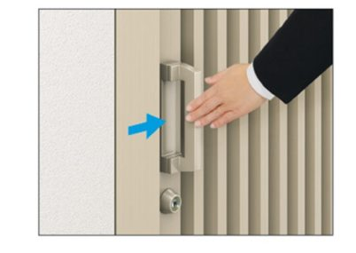 開く方向にハンドルを押すだけで開く操作しやすいタイプ