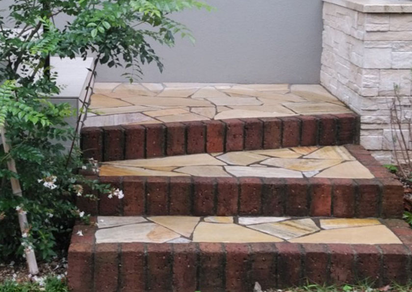 玄関アプローチを階段にして立体感を演出