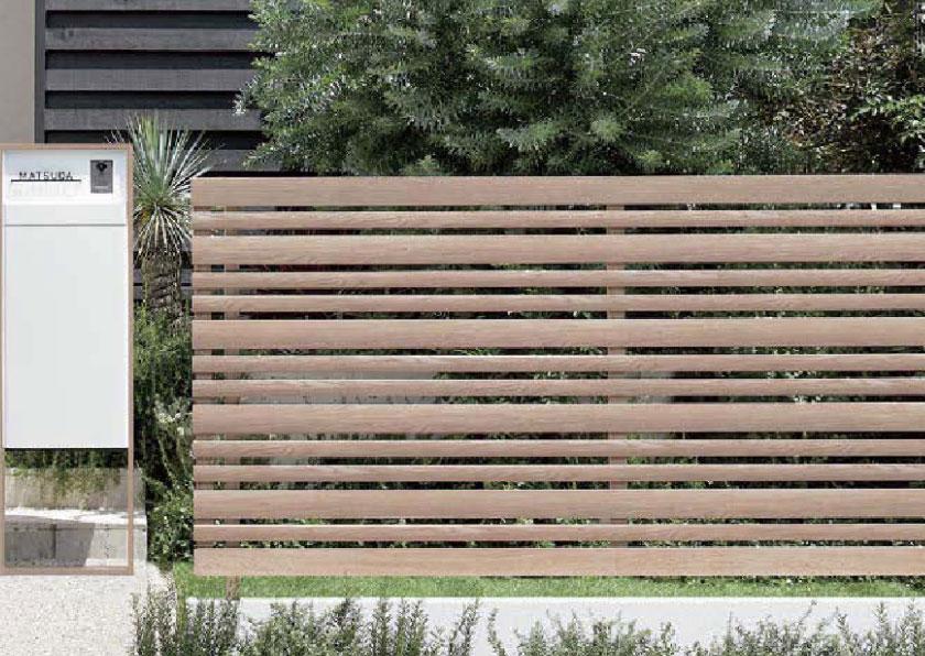 ウッドフェンス 個性的な印象を与えるナチュラルな木彫フェンス