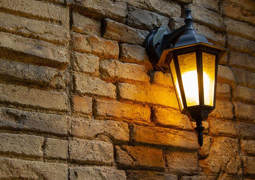 玄関を暖かく照らすポーチライト